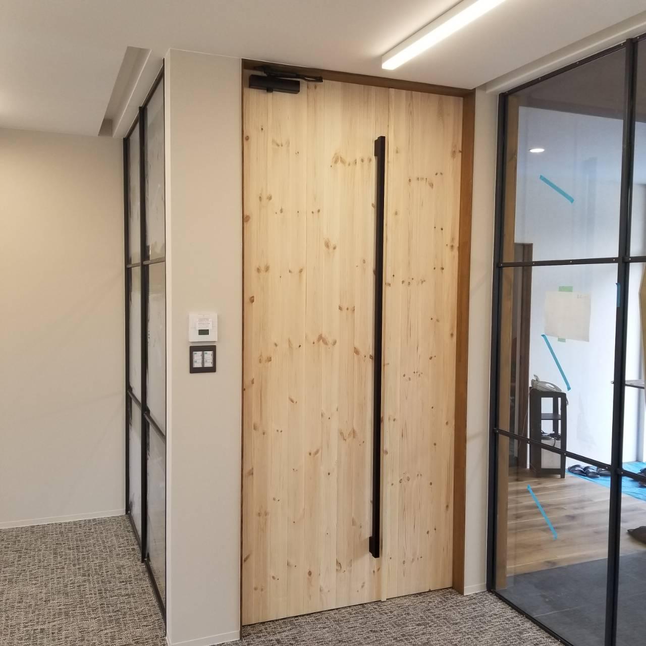 パイン材板張りドア